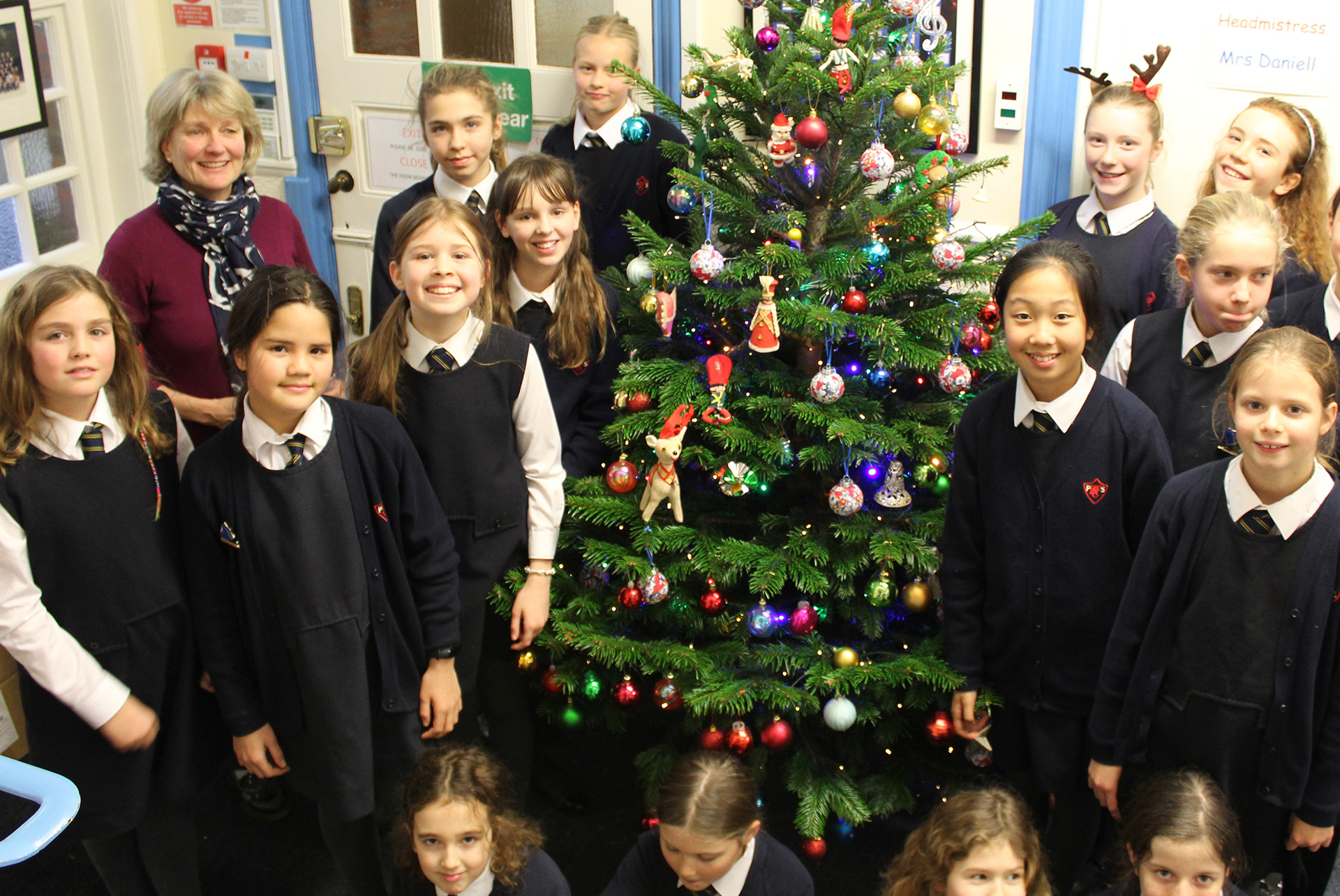 Form 6 decorate the CBPPS Christmas tree!